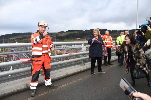 Stor dag: Lærling Håkon Harkestad fra Moelv fikk æren av å klippe E6-snora sammen med statsminister Erna Solberg.