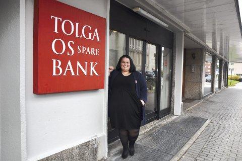 DRØMMEJOBB: Hanne Brennodden (28) fra Elverum jobber i Tolga-Os Sparebank. - Jeg synes det er veldig givende å kunne hjelpe unge med deres privatøkonomi, sier hun.