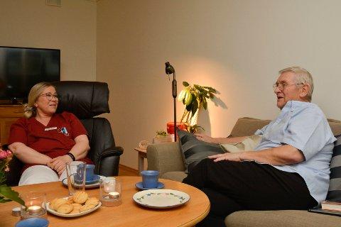 Fortrolig: Trond Kjelstad og Signe Allum prater lett sammen om den vanskelige tiden.