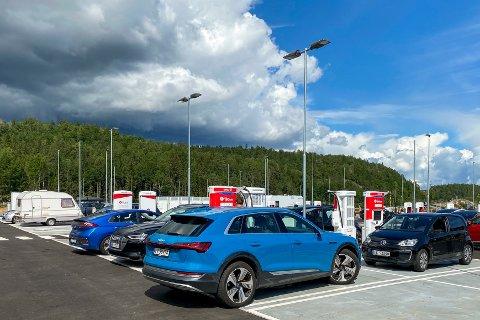 Elbiler står og lader ved ladestasjonen på Circle K Bamble i Telemark. Her er elbilandelen bare 3 prosent, ifølge Norges Bilbransjeforbund.