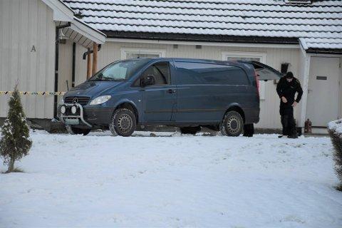 Politiet jobbet fortsatt på adressen i Brumunddal dagen etter at en mann ble funnet blødende ute i snøen.