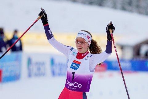 HISTORISK: Gyda Westvold Hansen (18) fra Dalsbygda gikk i mål til en historisk 2.plass i det første verdenscuprennet i kombinert for kvinner fredag.