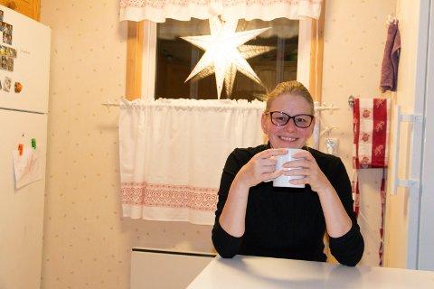 GLAD FOR HJELP: Jula er ei økonomisk utfordrende tid for Monika Neuberg (45), som er alenemor for tre barn og ble uføretrygdet etter ei trafikkulykke for noen år siden. - Selv om vi nok må snu litt mer på krona enn mange andre, lever vi et vanlig liv. Støtten vi får fra Frelsesarmeen bidrar til at mine barn kan glede seg like mye til jul som alle andre, sier hun.