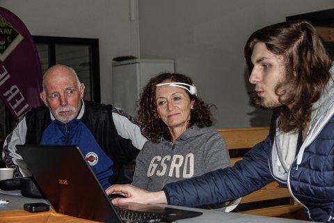 KLART: Hans Johan Finne, til venstre, er mannen bak den nye treningsformen. I midten Marit Lund, som viser øvelsene i praksis, mens dataspesialist Ole Borgen har jobbet med hjerneskanning.