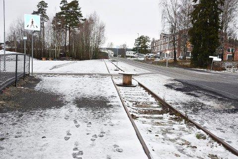 ALVORLIGE SKADER: Anleggsarbeid i forbindelse med et nytt busstopp og en ny boligblokk har ført til alvorlige skader på museumssporet i Birkebeinervegen i Hamar. Dermed er det foreløpig umulig å flytte lyntoget fra Elverum til museet i Hamar.