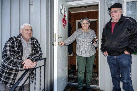 OPPGITTE: Fra venstre Odd Fylling, Britt Rundberget og Bjørn Bergjordet er tre av mange frustrerte risbergsinger etter brevet om at nå fases fasttelefonen ut.