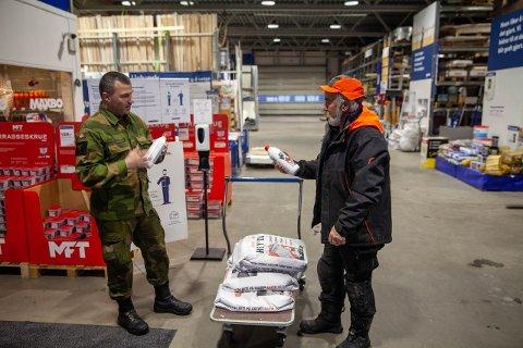 GRØNNKLEDD: Fredag var Stian Sebuøygards arbeidsantrekk bytta ut med militæruniform.