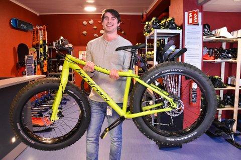 FRITT FRAM: Idrettspedagogen, vikar Alexandre Remizov (27), med en fatbike som er blant det rike tilbudet på Fritt Fram, den nye utstyrsentralen på Ungdommens Hus.