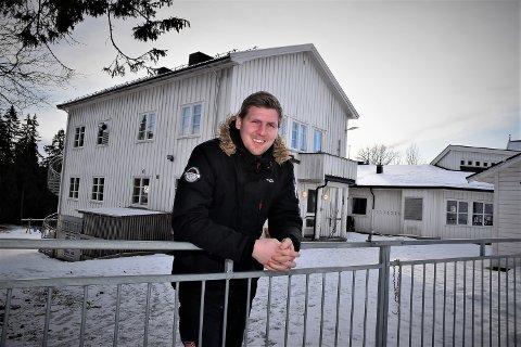 POLITIKKENS DILEMMA: Magnus Stenseth foran Kirkeby skole som var grunnen til at han meldte seg inn i Elverum AUF som 13-åring, Som nyvalgt leder i Elverum Ap vil ha legge ned skolen
