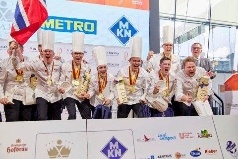 Det norske laget jubler etter at de stakk av med seieren da det 25. Kokke-OL ble arrangert i Stuttgart.