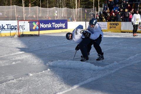 SLUSH: Isen løste seg opp, så på slutten måtte det to til for å skyve skrapa framover.