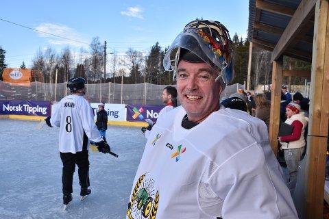 FRYKTELIG ARTIG: Morten Silkebækken, elverumsing og sponsor for Storhamar voktet buret for Innsats.