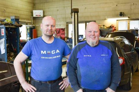 VERKSTEDKARER: - Følg serviceanbefalingene. Det er budskapet fra Morten Grorud (teknisk sjef) og Odd Arne Grorud (daglig leder) ved Mariendal Bilverksted på Åshøgda.