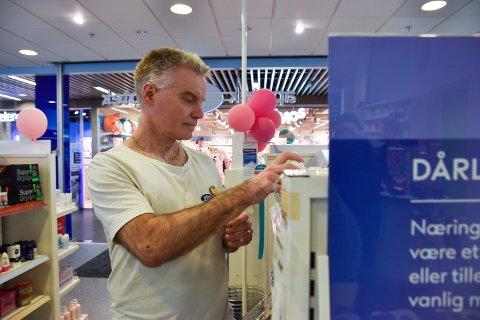 ROLIG: Rune Nordgård, reseptfarmasøyt på Boots Apotek, sier at det ikke er grunn til å få panikk på grunn av koronaviruset.