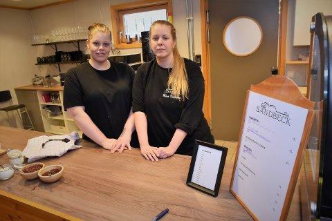 SISTE ARBEIDSDAG: Søstrene Pia (tv) og Mina Indiane Ellingsen fra Rena syns det er trist at de bare klarte å drive Kafe Sandbeck i et halvt år. Fredag har de sin siste arbeidsdag.