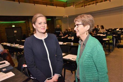 STØTTER ELVERUM: - En sjukehusstruktur uten Elverum vil gi et svekket tilbud, sier stortingsrepresentant Emilie Enger Mehl (tv), her sammen med Gunhild F. Brevig.