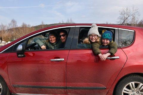 SEIER: Familien Gran med mamma Rakel og pappa Nicholas i førersetet tok sikte på seier med støtte fra essene i baksetet, Andrea og Magnus