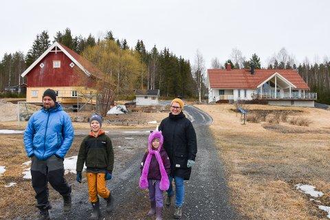 SMÅBRUK 4,5 KM FRA TORGET: Sentralt, men landlig i Stavåsen ligger småbruket Vier. Fra venstre: Øyvind, Johan, Jenny og Ane.