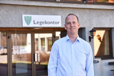 KONTROLL: Kommuneoverlege Ole Lohmann opplyser søndag at skolene i kommunen åpner som normalt på gult nivå mandag. – Det ser ut som om vi er ferdig med dette utbruddet nå, sier han.