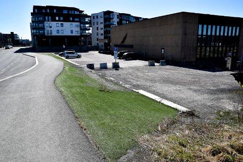 UPASSENDE: Gjermund Gjestvang i MDG mener platsgresset ved svømmehallen må tas vekk.