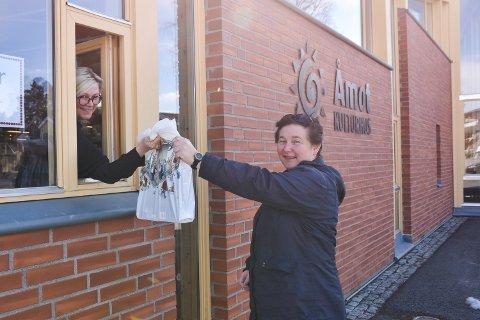 SMUTTHULL: Gry Nyberg henter bøker fra Anne Berit Bakke Strand på Åmot folkebibliotek.