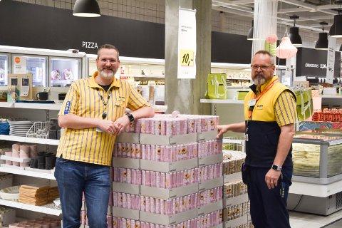Bernhard Stangel, varehussjef IKEA RIngsaker og ansatt Truls Henrik Andersen.