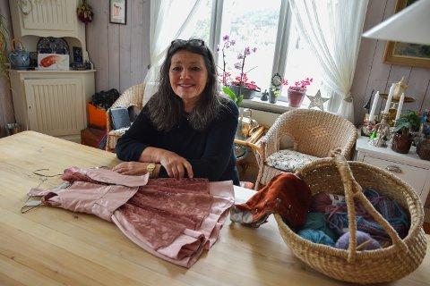 GJENBRUK: Gro Lier har gitt nytt liv til bestemorens rosa ballkjole.