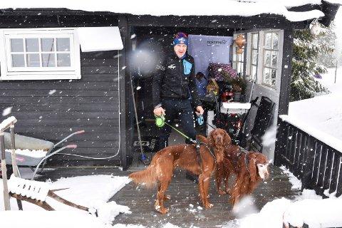 PÅ HYTTA: Ole Morten Thorsvik (58) med hundene Oliver (15) og Twist (2) utenfor hytta i snøværet på Sjusjøen fredag.