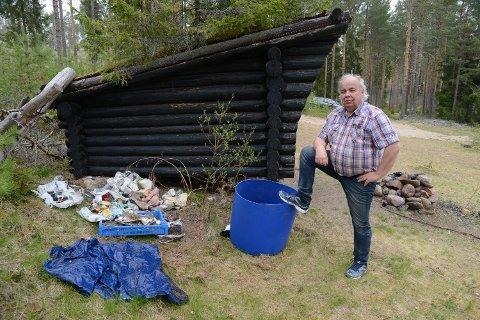 ILLE: – Det er for galt at det skal se slik ut etter folk har vært på en rasteplass, sier Per Roar Bredvold. Her er han på en rasteplass på Åsnes Finnskog, like ved Flisa-elva.