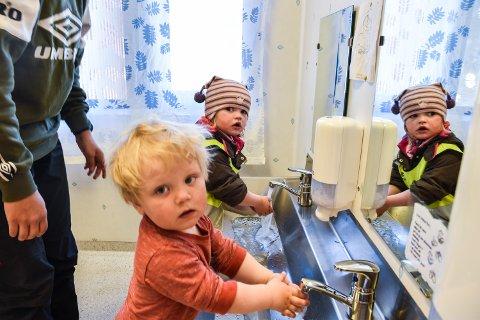 VASK: Oliver Holten Didriksen og Live Berg Antonsen i Stavåsbakken barnehage er nøye med håndvasken.
