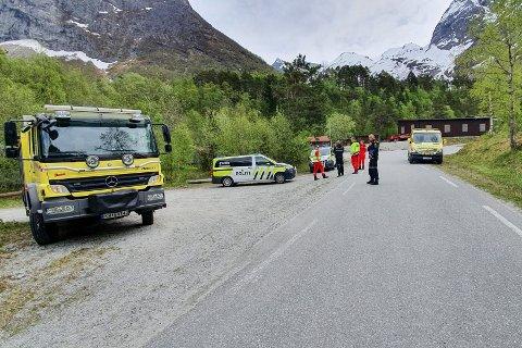 STOR AKSJON: Det ble iverksatt en større redningsaksjon da en person ble tatt av et snøskred ved Gråfonnfjellet i Rauma. Mannen ble bekreftet omkommet senere samme dag.