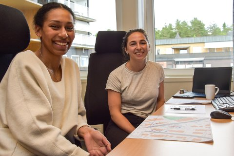 STUDENTER PÅ SOMMERJOBB: Inès Mane Stenhammer (23) (tv) og Frida Stenhammer Aanerød (24) er studenter på NTNU og har fått sommerjobb på Arealtek i Elverum