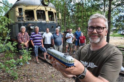 JERNBANEENTUSIASTER: Morten Pelle Korsmo har bygd sin egen utgave av lyntoget. Sammen med denne gjengen ivrer han for å bevare også originalen, som står i Elverum.