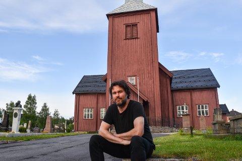 LIKER Å SPILLE I KIRKA: – Elverum kirke har god akustikk, og det er fine folk som jobber der, sier Annar By. Onsdag er gratiskonsert her.