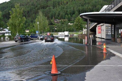 Et stort område av parkeringsplassen ved Amfi er dekket av vann.
