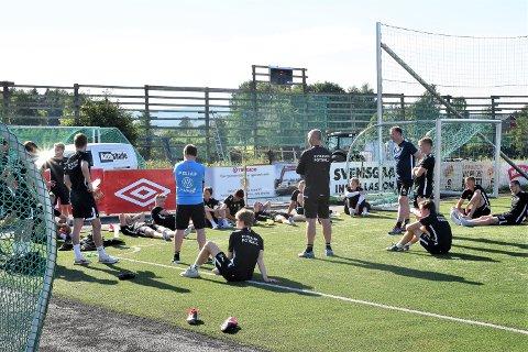 KJEDELIG BESKJED: Elverum-trener Tore Fossum måtte gi flere av sine spillere beskjed om at de må belage seg på en ny permitteringsperiode. - Vi vet jo ikke en gang om det blir sesong, sier Elverum-sjefen.