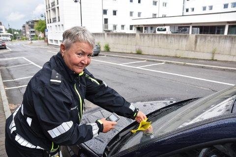 BOT: Eva Skogen Andersen jobber som parkeringsvakt i Elverum kommune.