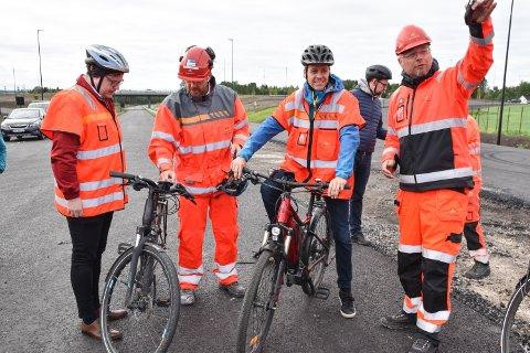 SYKLET PÅ NYVEGEN: For noen uker siden syklet samferdselsminister Knut Arild Hareide (KrF) på den nye riksveg 3/25 i Løten.
