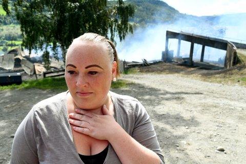 Fjøset og låven på Nedre Wasrud på Tretten brant ned til grunnen. Det var nærmere 500 griser i bygningene. Sigrun Bjørnstad var den første på stedet og varslet om brannen.
