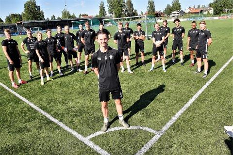 STOLT: - Det går an å bli god fotballspiller i Elverum, sier Daniel Dalehaug. 15 år og tatt ut på G16-landslaget til Norge. Her sammen med A-lagskameratene i Elverum Fotball.