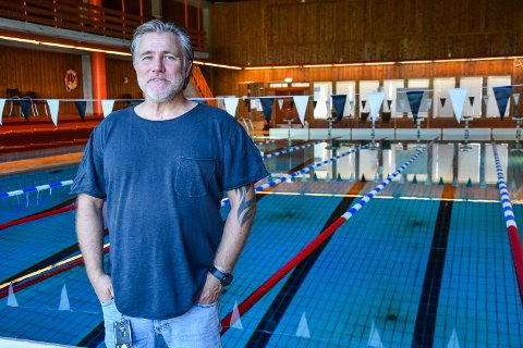 FOLKEBAD: I fem måneder har folkebadet i svømmehallen vært stengt. Siden 1. juni har svømmegruppa trent. - Nå er det åpent for alle, sier arbeidsleder Lars Åge Westgård.
