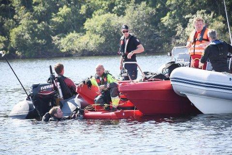 SØKTE UTENFOR HELGØYA: Dykkere fra Gjøvik brannvesen var tirsdag i aksjon utenfor Helgøya. Foto: Asgeir Høimoen