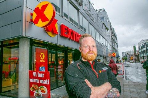 Sylvester Willumsen er butikksjef ved Extra i Grønnegata. Han sier nasking er et stort problem. Foto: Torgrim Rath Olsen