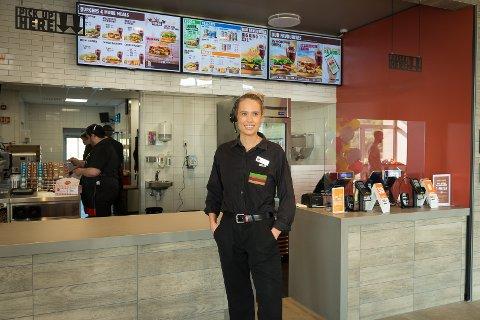 TRENING: Burger Kings assisterende restaurantsjef, Linn Hjelmeland, er opptatt av trening, men slår også et slag for hamburgere.