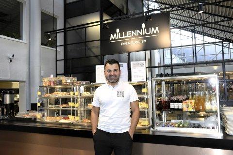 TRIVES: Rahel Hiwa (34) fra Elverum synes han har drømmejobben som daglig leder ved Millennium Café i Elverum. – Jeg ønsket å bygge opp noe sjøl, og det får jeg anledning til her, sier han.