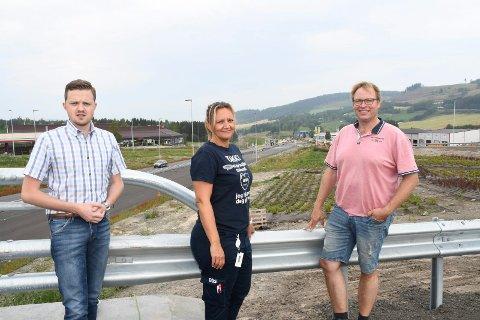 Snart i mål med E6:  Kim Brandsnes (t.v.), Elisbeth Wiken og Per Hatterud brenner for vekst og utvikling på Rudshøgda. Nå håper de at den nye og siste store trafikkomleggingen går smertefritt.