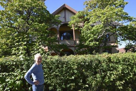 KJÆRLIGHET VED FØRSTE BLIKK: – Jeg falt først for trærne, og så for huset. Nå som det er nymalt, dekker trærne nesten litt for mye, men vi er veldig glade i dem, sier Dagmar Jørgensen i Elverum.