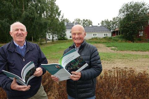 OMFATTENDE JOBB: Yngve Astrup , til venstre, har lagt ned mye jobb i redigering av en del av stoffet i dagbøkene. Her er han sammen med Ola Svenneby, slektning av hovedpersonen Sigurd Svenneby. I bakgrunnen eiendommen Langbakken som Sigurd Svenneby bygde  rundt 1910.