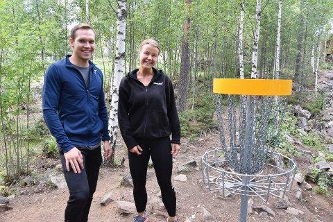 POPULÆRT: Morten Gammelmo Øvergård (27) fra Elverum og Maria Hoftun (25) fra Drammen, har vært i frisbee-parken på festningen nesten hver dag de siste ukene.