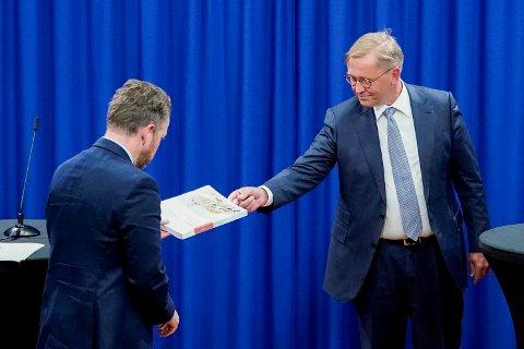 Oslo 20200804.  Isaksen mottak rapporten fra granskingsutvalgets leder Finn Arnesen.  (Foto: Lise Åserud / NTB scanpix)